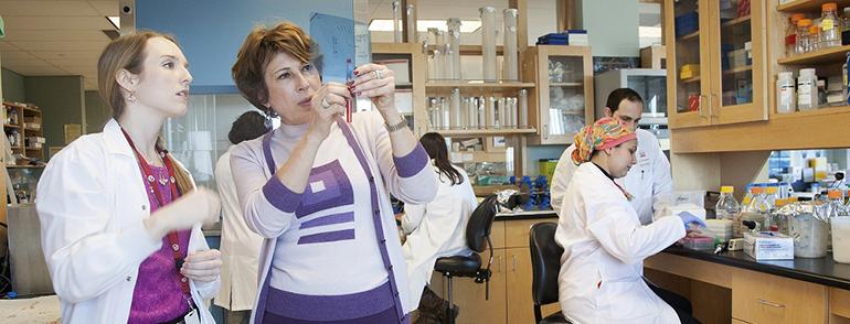 Mona Nemer dans le laboratoire
