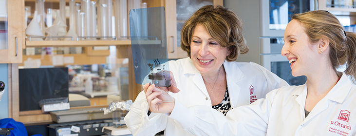 Mona Nemer avec un membre de son laboratoire